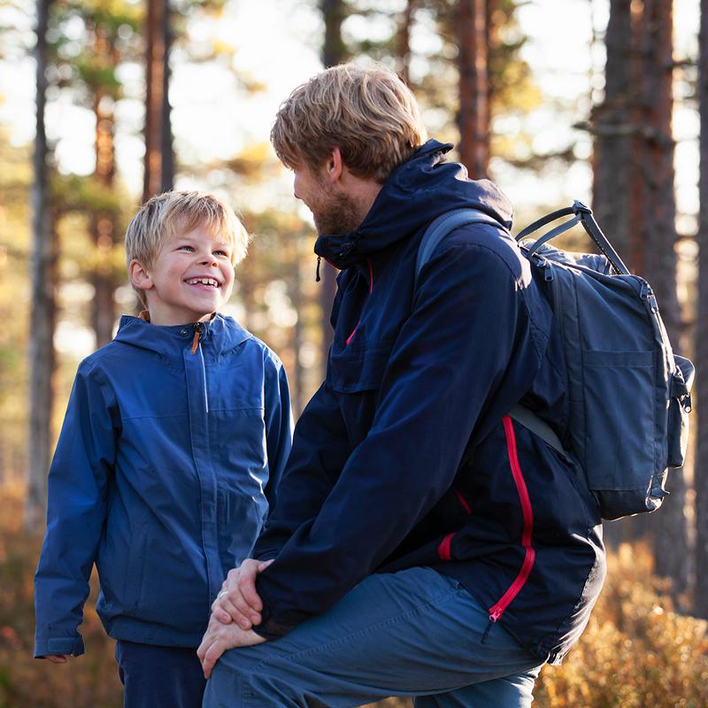 Isä ja poika retkeilemässä metsässä. En pappa med sin son på utflykt i skogen.