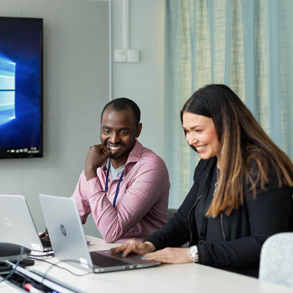 Personer vid en dator.